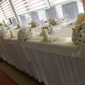 dekoracija stola za mladence